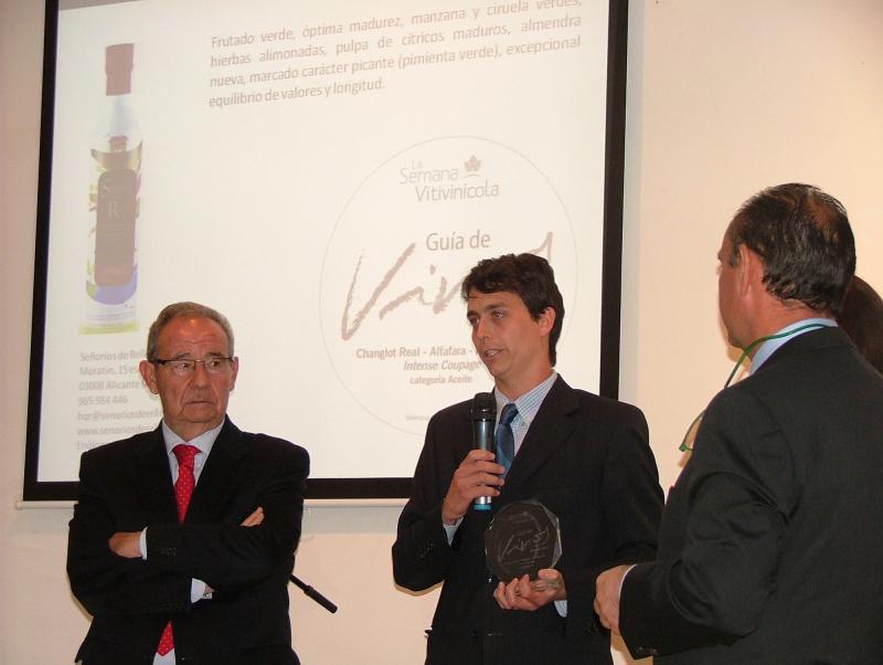 Hugo Quintanilla, responsable de Señoríos de Relleu, recogiendo el galardón de la Guía SeVi 2014.