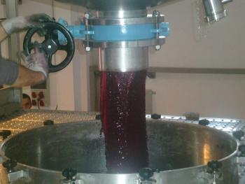 La gravedad se emplea tanto para mover y trasladar, uva, como vino, evitando alterar sus cualidades y ahorrando costes.