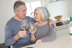 Senior couple drinking wine in home kitchen (photo: )