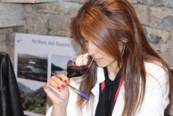 Ana Alves, catando en los Premios VinDuero-VinDouro. (photo: )